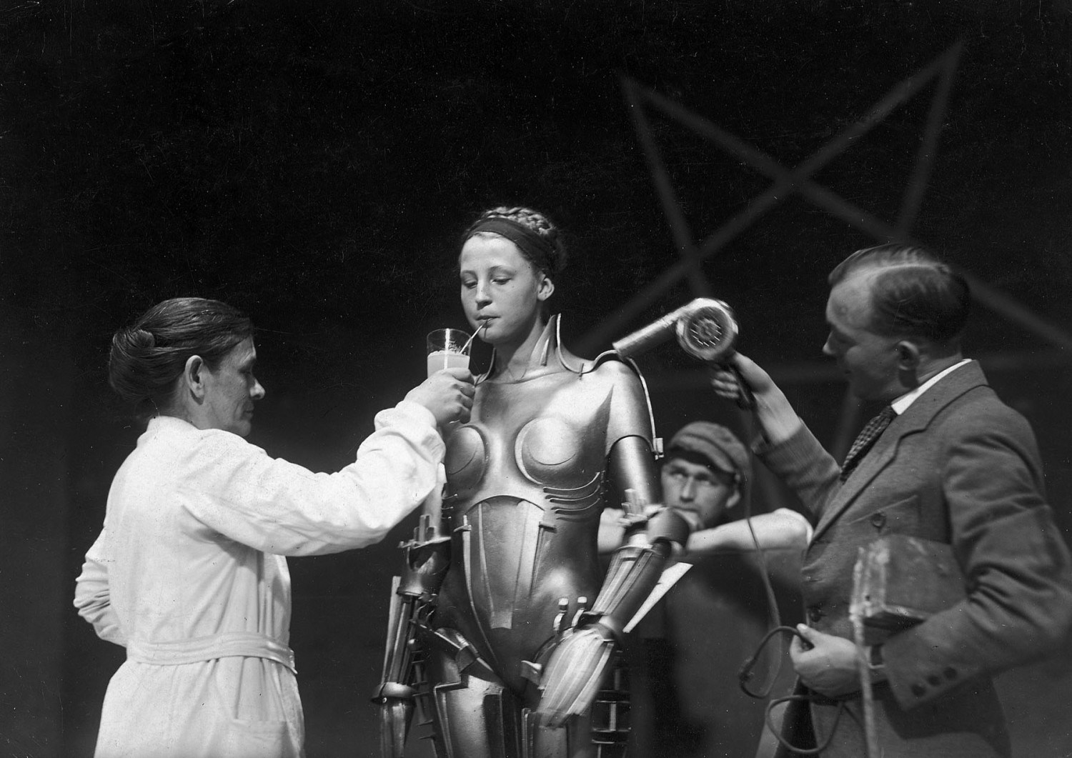 on-the-set-of-Fritz-Lang's-Metropolis-—-the-actress-inside-the-Maria-robot-taking-a-breather