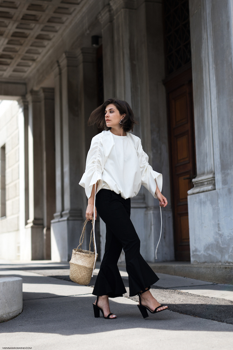 Mango-Flared-Pants-Rouched-Top-Straw-Bag-Theresa-Kaindl-VIENNA-WEDEKIND-4