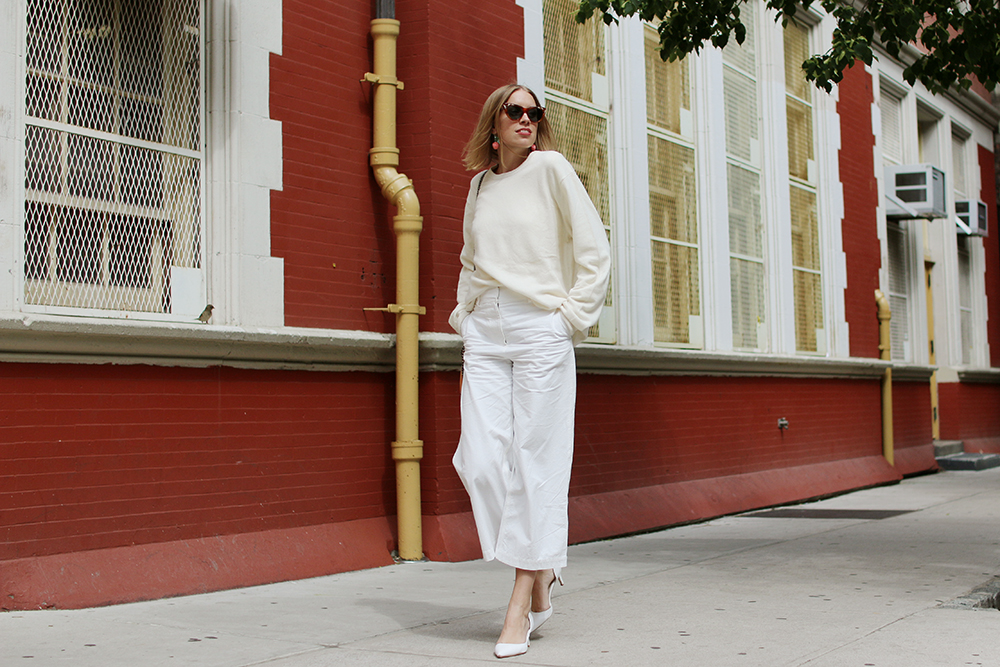 hanna_stefansson_all_white_cashmere_white_pants_vita_byxor_red_wall_lower_east_4
